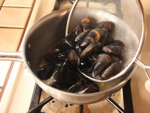 Mussels-boiling.with-sieve